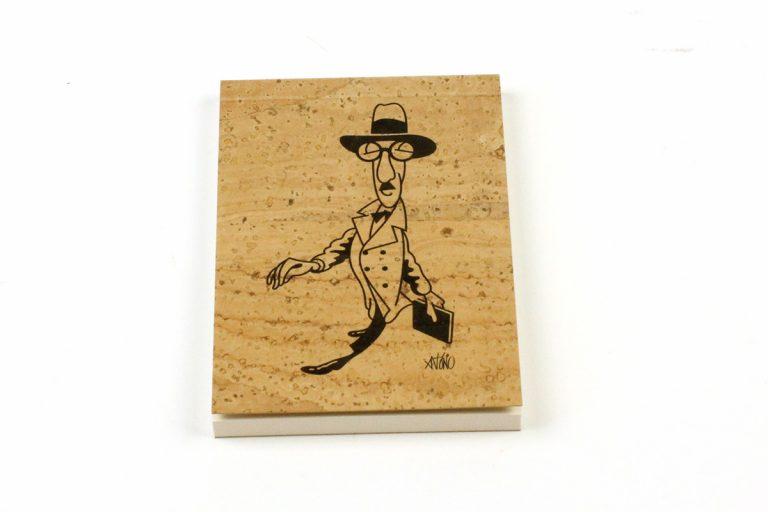 Bloco A7, com capa em cortiça natural, com caricatura de Fernando Pessoa, por António
