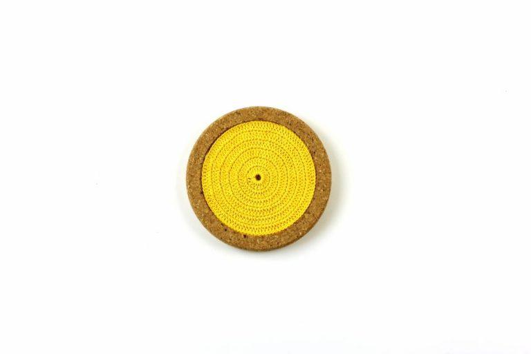Base de cortiça, com linha amarelo vivo, com 12 cms de diâmetro