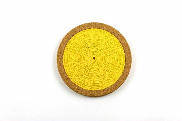 Base de cortiça, com linha amarelo vivo, com 18 cms de diâmetro