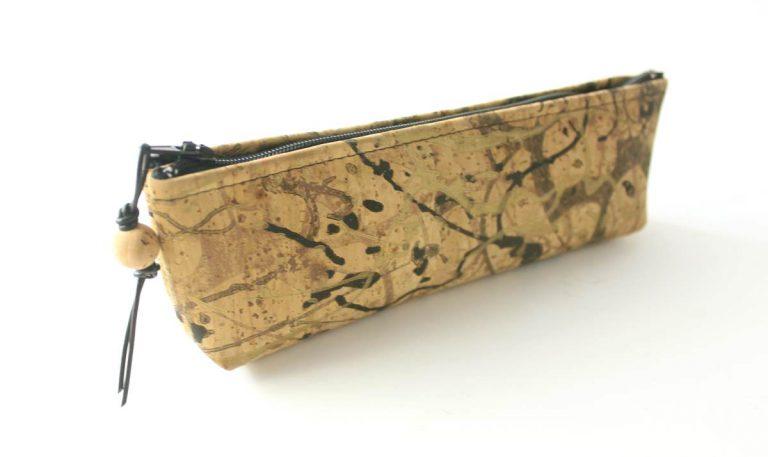 Bolsa para lápis, em tecido de cortiça, com padrão abstrato