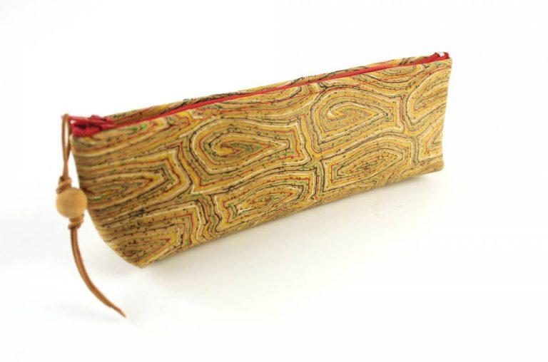 """Bolsa para lápis, em tecido de cortiça, com padrão """"alinhavos"""""""