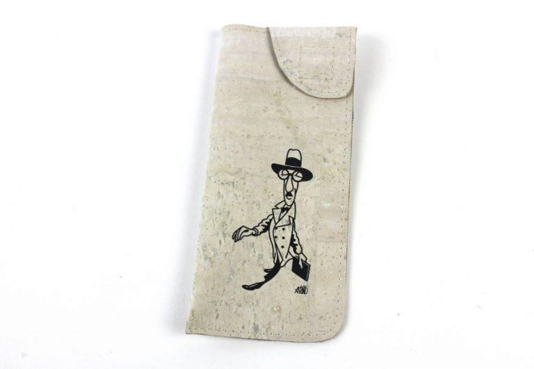 Bolsa para óculos, em tecido de cortiça branco, com caricatura de Fernando Pessoa, por António