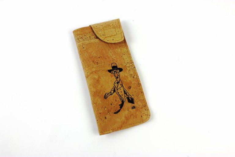Bolsa para óculos, em tecido de cortiça natural, com caricatura de Fernando Pessoa, por António