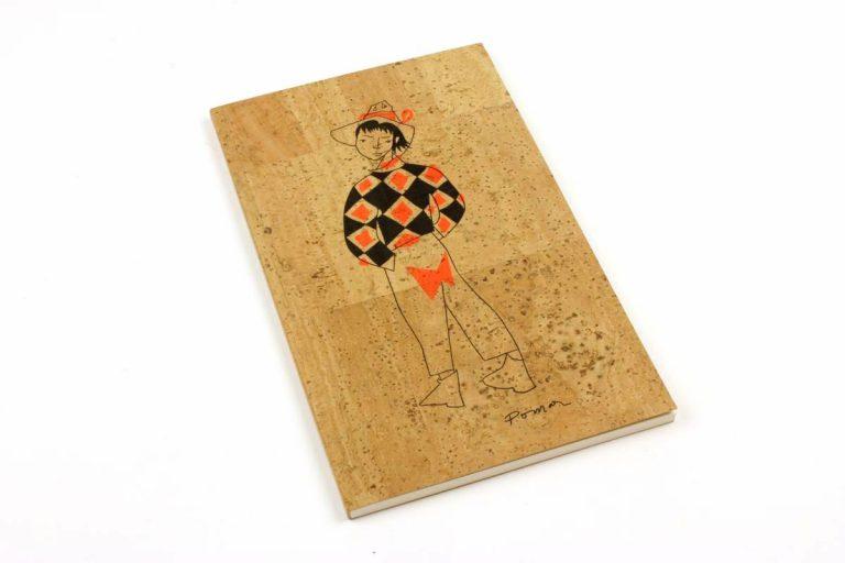 """Caderno A5+, com capa em cortiça natural, com desenho de um """"arlequim"""", por Júlio Pomar"""