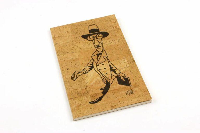 Caderno A5+, com capa em cortiça natural, com caricatura de Fernando Pessoa, por António