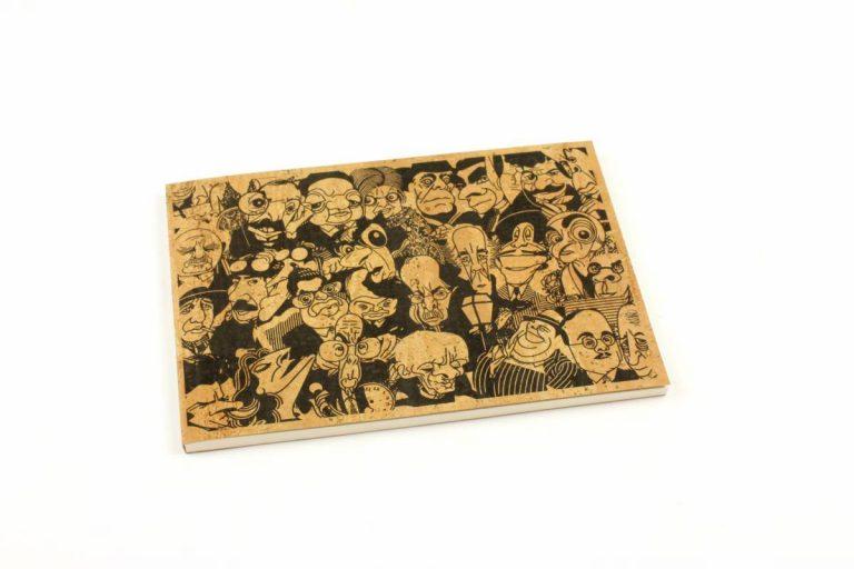 Caderno A5, com capa de cortiça natural, com caricaturas de personalidades da vida pública portuguesa, por António