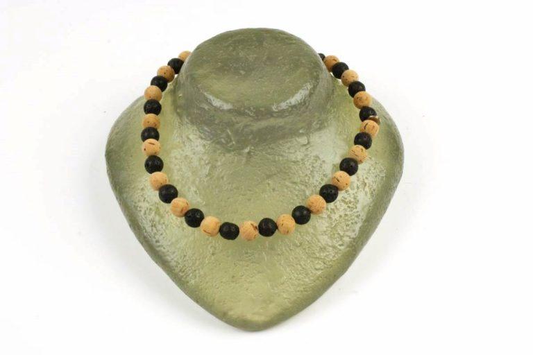 Colar bolas pequenas (12 mm) de cortiça e pedra vulcânica preta