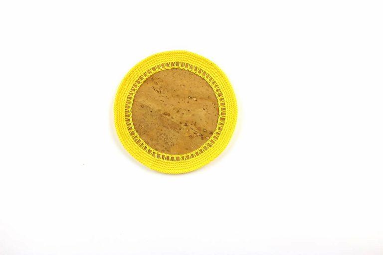 Marcador para pratos, com tecido de cortiça natural e linha amarelo vivo, com 15 cm de diâmetro