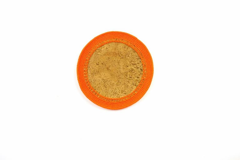 Marcador para pratos, com tecido de cortiça natural e linha laranja, com 15 cm de diâmetro