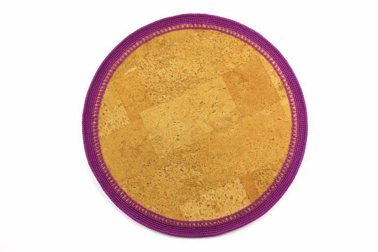 Marcador para pratos, com tecido de cortiça natural e linha roxa, com 34 cm de diâmetro