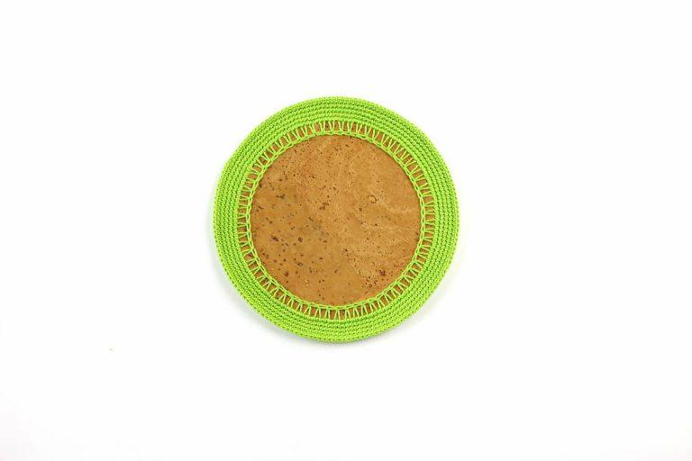 Marcador para pratos, com tecido de cortiça natural e linha verde alface, com 15 cm de diâmetro